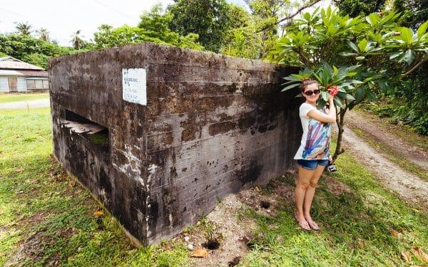 японски бункер, покрит с островитянска растителност