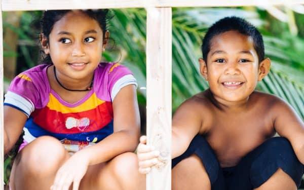 Палау - място, където децата са усмихнати и играят на улицата